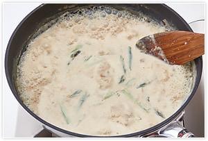 豆乳、袋から出した発酵うまみだし、しょうゆ、アスパラを入れて、さらにひと煮立ちさせます。