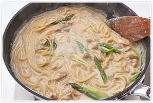 パスタのゆで時間より1分前までゆでたパスタを3の中に入れ、残りの1分は豆乳ソースの中で中火で加熱して完成です。