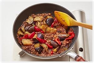3にナスとサッと揚げたエリンギ、ねぎのみじん切り、あらかじめ混ぜておいた  を入れぐつぐつ煮立てて水分が少なくなってきたら出来上がり。仕上げに白髪ねぎを飾る。