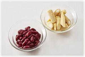 ベビーコーンはさっと塩茹でして半分にに切ります。豆は茹でておくか、あらかじめ茹でられたサラダ用のものをお使いください。