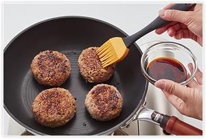 醤油大さじ3、みりん大さじ1を混ぜ、刷毛でおにぎりに塗り、くっつきにくいフライパンに並べて焼きます。焼き色がつくまで、何度かたれを塗る・焼くを繰り返して出来上がりです。