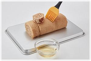 ラム酒と水を混ぜたシロップを刷毛で①に塗ります。(お酒が苦手なら省いても構いません。)
