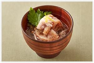《蟹を入れた塩あんかけで料亭の味!》 具材をちょっと豪華にしたら、おもてなし料理にもなる、上品な一品になります。材料の醤油を塩小さじ1に変更し、豚肉を蟹のむき身100gに置き換えてください。普段と一味違うお椀ものの完成です。ほかにも、お好みの具でアレンジを楽しんでみてくださいね。