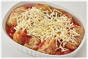 耐熱容器に移し、溶けるチーズをたっぷりかけて、230度で20分ぐらいチーズに焦げ目がつくまでオーブンで焼けば完成です。じっくり煮ることでトロトロの焼きロールキャベツとなります。