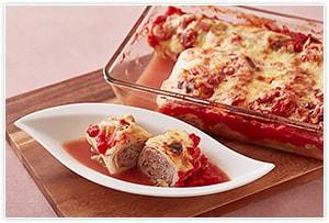 《煮込み時間を短縮したい方におすすめ》 煮込む時間がない時は焼く工程だけでもOK。ひき肉を包んだキャベツを耐熱容器に並べ、あらかじめ混ぜておいた、トマト缶1個、オリーブオイル大さじ1、にんにくのみじん切り1片、オレガノ小さじ1/3、コショウ少々、コンソメ1個、水150mlをかけ、溶けるチーズをのせて190度で40分。キャベツのシャキシャキした食感が楽しめるロールキャベツの完成です!