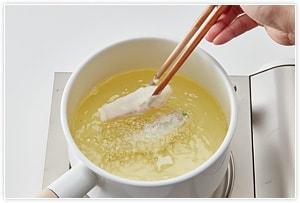 天ぷらの衣を作り、180℃の油で揚げていきます。カラリと揚がればOK。こめ油を使えば、より揚げやすく風味よく仕上がります。