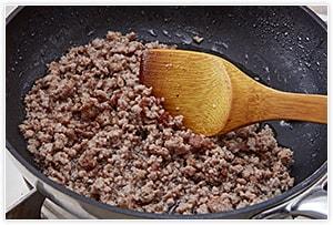 肉味噌は、挽き肉をごま油で炒めます。中火でしっかりと炒め、出てきた余計な油を取り除きます。調味料をすべて加え汁気がなくなるまで炒めたら、お皿に取り、粗熱を取っておきます。