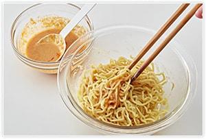 麺にタレをあえ、器に盛り、その上に肉味噌と野菜を盛って完成です。