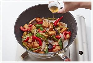 餡が全体に絡んだらフライパンの火を止め、香りつけのゴマ油を垂らして完成です。