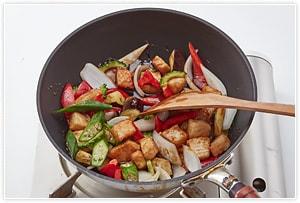 全体にしんなりしてきたら揚げておいたかじき鮪を投入し、あらかじめ混ぜておいた〈甘酢〉の調味料を入れて絡めながら煮立てます。