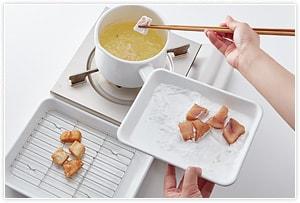 ひと口大に切ったかじき鮪にしょうゆとこしょう、ガーリックパウダーで下味をつけ、片栗粉をつけて180度の油で揚げます。