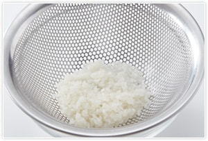 お米をよく洗い、ザルに取っておきます。