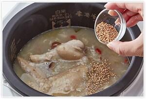炊飯終了後、白ごまを入れて完成です。