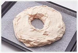 140℃で60分焼いた後、120℃で30分焼き、オーブンから出して1時間放置し、冷めてから生クリームとフルーツを飾り付けます。生クリームもゴムベラで乗せて広げてOK。