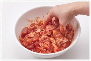 小さめのひと口大に切った鶏にたれの材料をすべて合わせて揉み混ぜ、10分ほど置きます。(ビニール袋を使えば洗い物が出なくて楽です。)